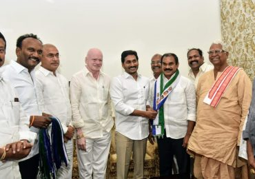 tdp senior leader thota trimurthulu joins in ycp under ys jagan presence