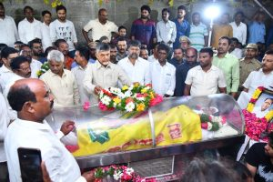kodela siva prasad body reached to his home after post mortem chandrababu pays homage to kodela siva prasada rao, పోస్టుమార్టమ్ రిపోర్ట్-ఉరి